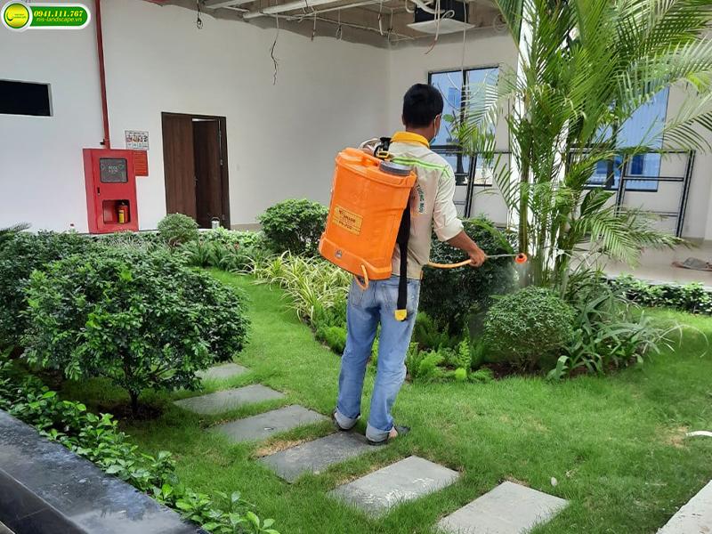 """Hiện nay các nước phát triển và đang phát triển trên Thế Giới trong đó bao gồm cả Việt Nam , ngành công nghiệp đang là ngành có xu hướng phát triển tốt , ngày một tiến lên. Nhưng đi cùng với sự phát triển đó lại là một vấn đề gây phiền toái cho cả nhân loại: ô nhiễm môi trường sống bởi các chất thải từ các nhà máy, khu xưởng sản xuất…  Do đó, thi công cảnh quan cây xanh khu công nghiệp nhà máy là điều cần thiết, tạo dựng và tiếp tục phát triển """" không gian xanh"""" đã được xây dựng ở nhiều quốc gia với mục đích chính là phát triển lâu dài và nhiệm vụ bảo vệ môi trường sống của con người."""